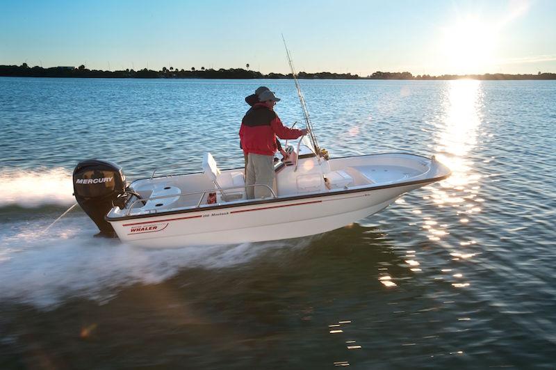 Una piccola barca a motore con pilotina centrale ci permette di avere più spazio in coperta. Foto: Boston Whaler