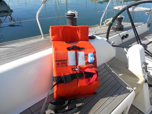 È essenziale che ogni membro dell'equipaggio sia in possesso di un giubbotto di salvataggio. Foto Jordi Maseras.